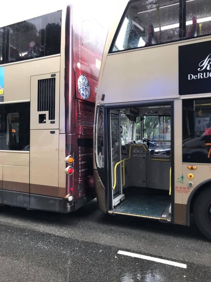 其中一輛巴士車頭擋風玻璃爆裂。馬路的事討論區FB/網民KH Chui圖
