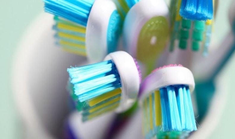 牙刷清潔最重要的是「乾燥及紫外線殺菌」。網圖