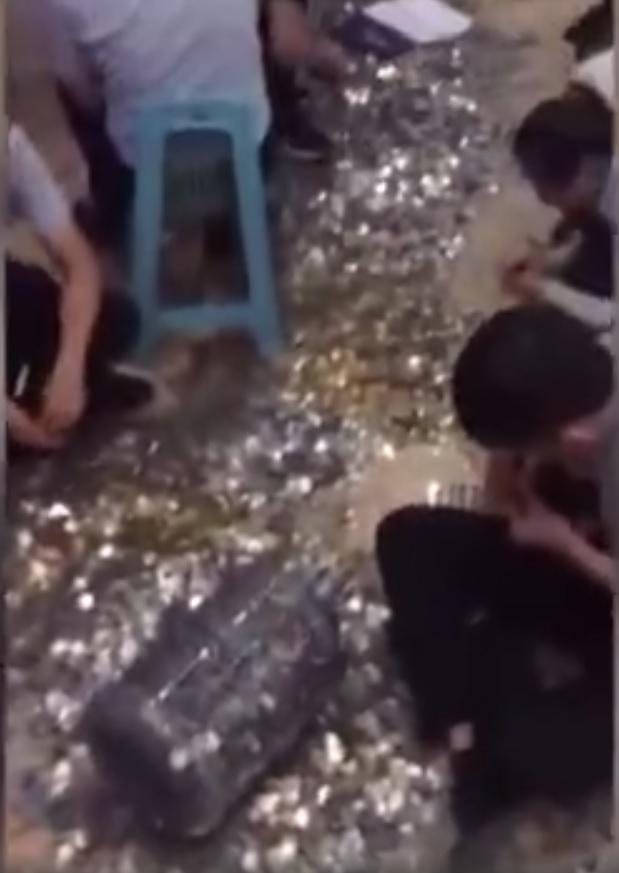 一名男子日前帶同20個裝滿硬幣的水桶到售樓處。網圖