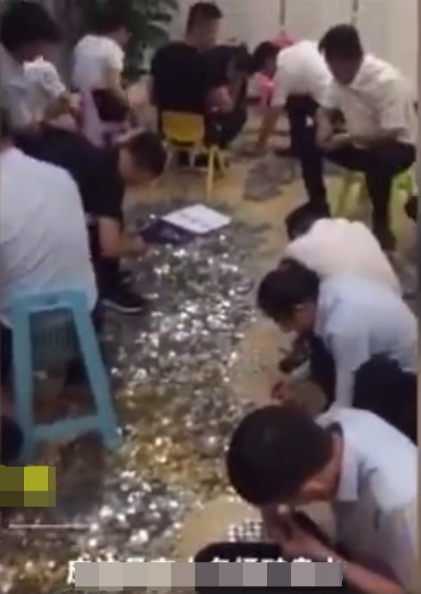 地產公司其後動員26名職員,終在4個多小時內數完該批硬幣。網圖