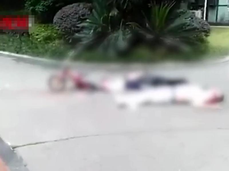 四川眉山一名男子跳樓,剛巧砸中樓下正在行走的兩名途人。 影片截圖