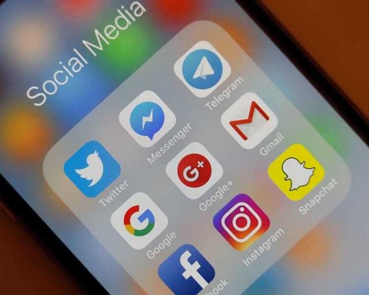申请要求填写过去5年使用过的社交媒体与帐户名称。