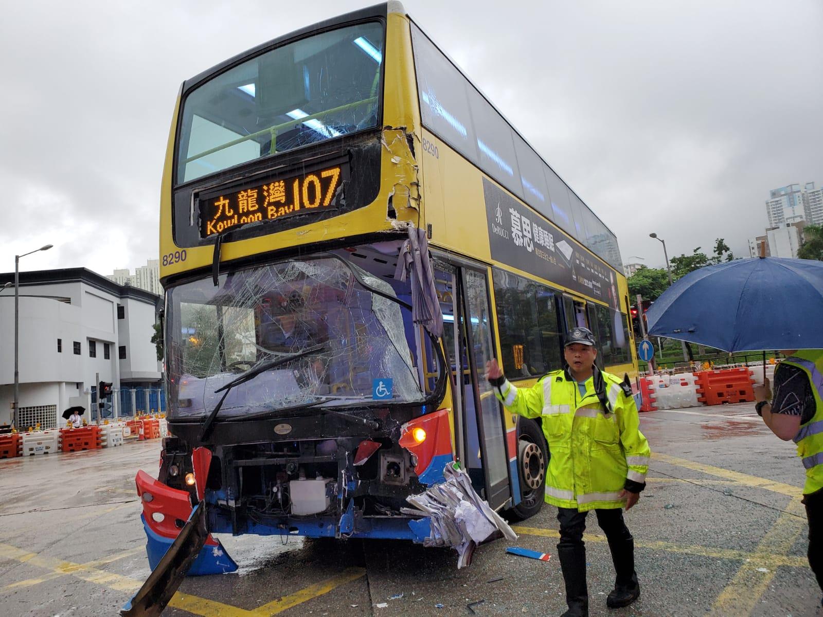 涉事巴士車頭損毀。蔡楚輝攝