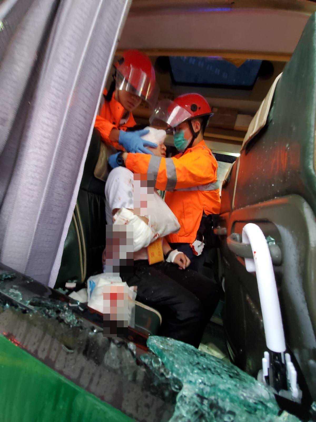 救護員替傷者敷治。蔡楚輝攝