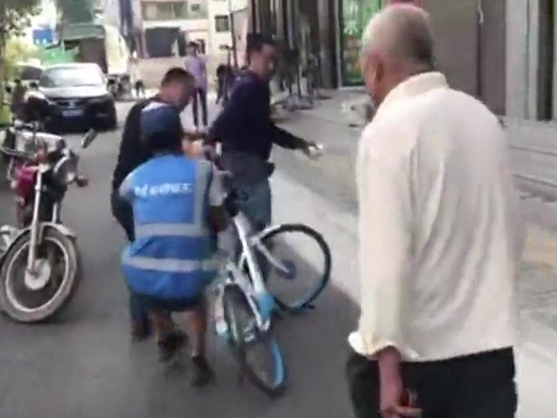 共享單車職員回收單車遭遇福州村民暴力阻撓。(網圖)