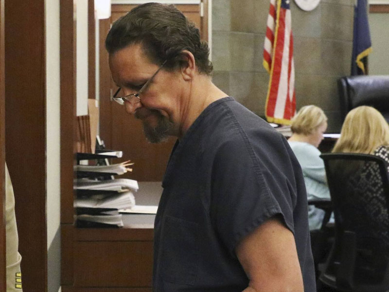 52岁的塞纳强迫8名子女与他、他的前妻及妻子、宠物狗发生性行为,施暴逾10年,被判入狱341年。AP