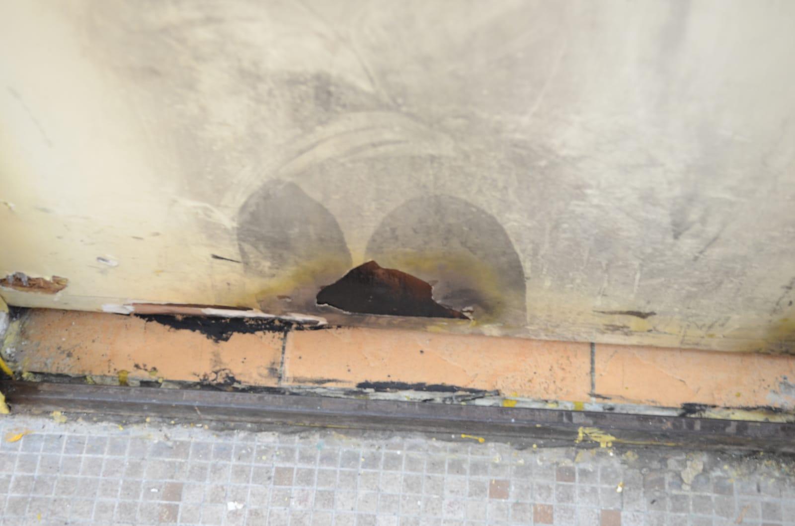 劏房木門有被燒痕跡。