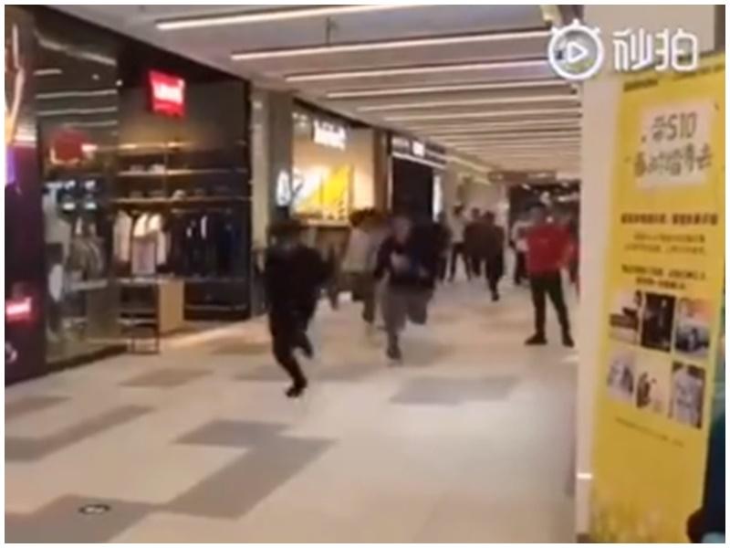 民眾在商場直奔UNIQLO門店。微博