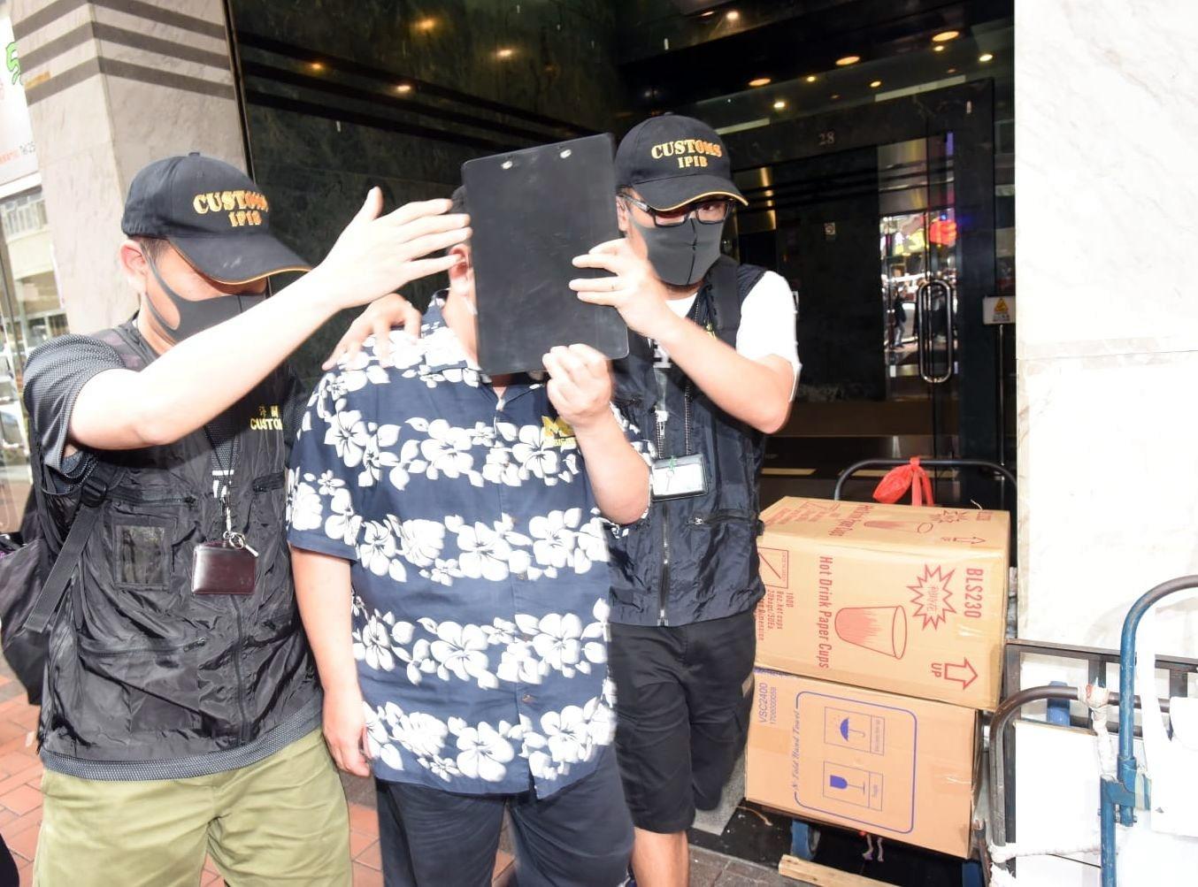 一名私家偵探社的男銷售人員被捕。