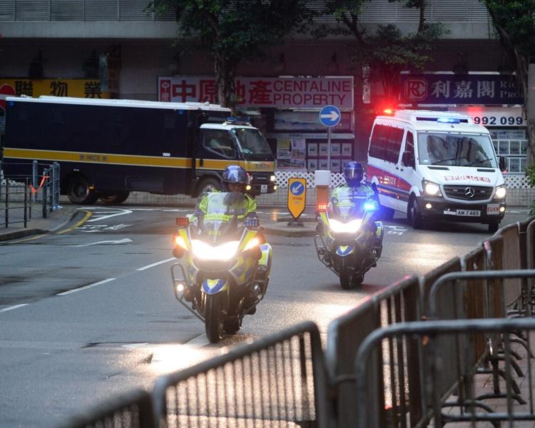 文子星提堂由警方押解抵法院。