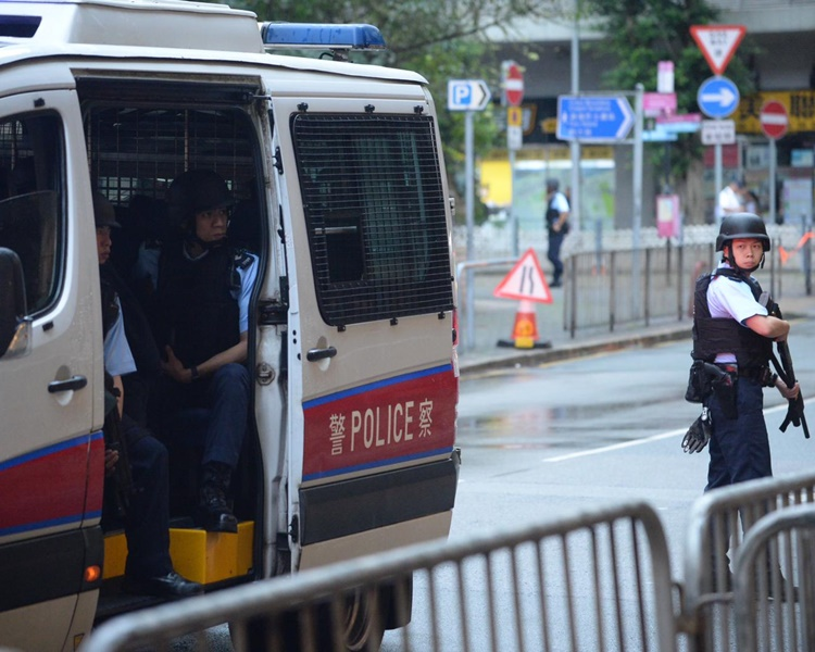 大批警員在法院外搜查及戒備。