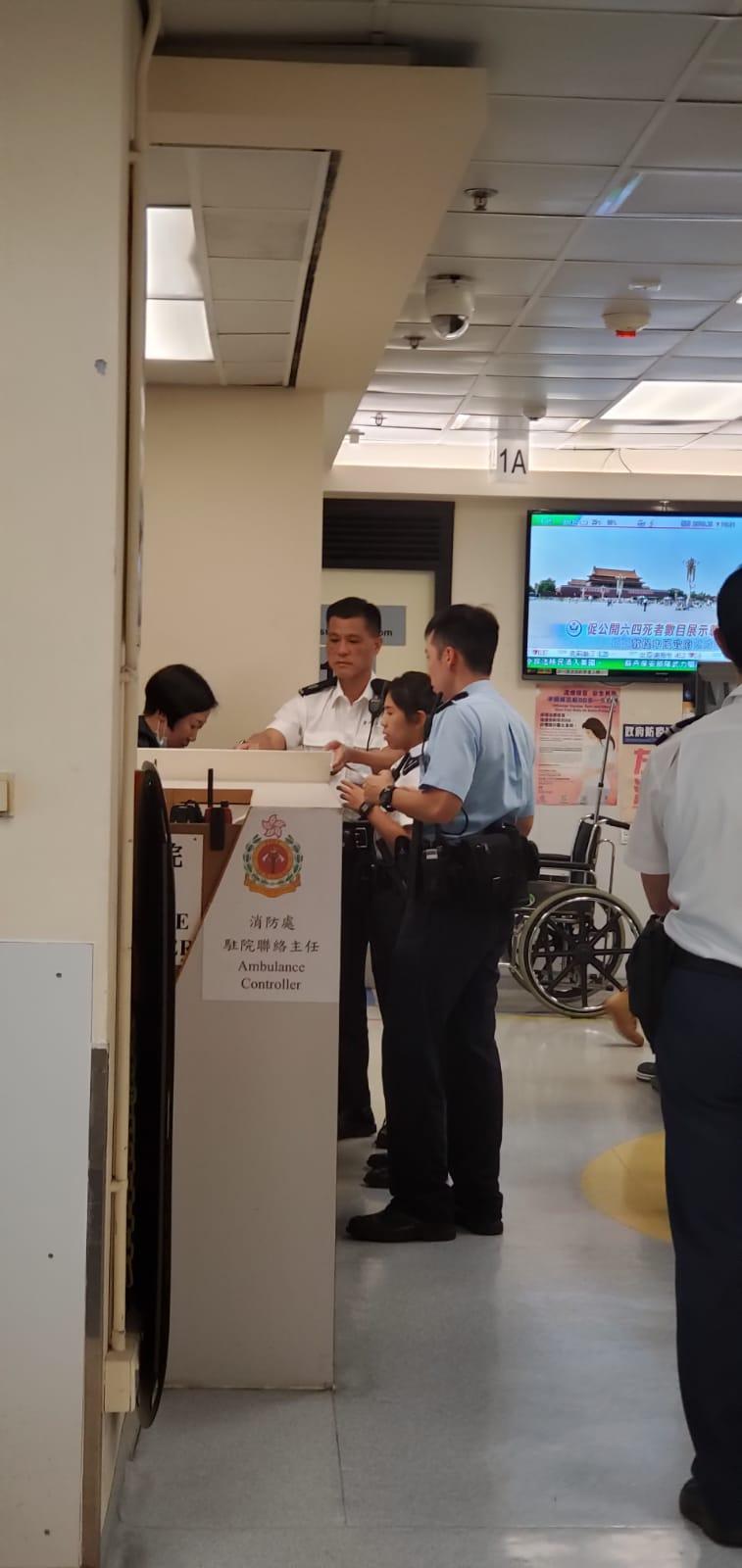 警方在醫院了解男子的傷勢。楊永亨攝