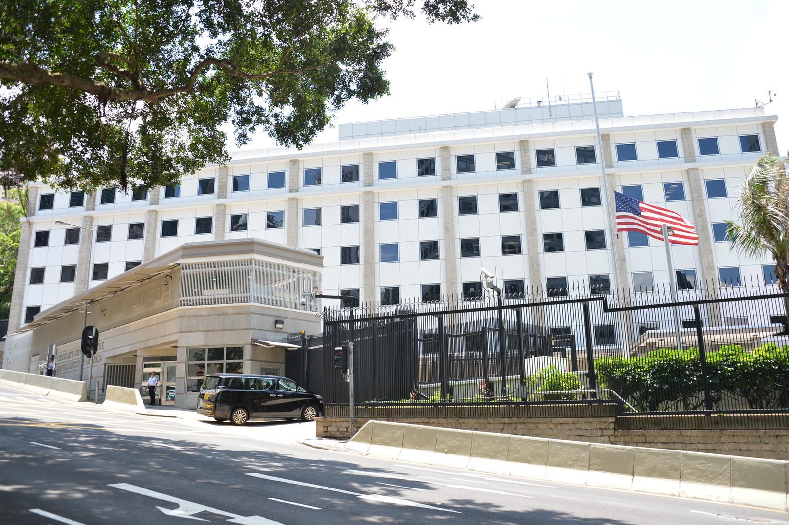 美国驻香港领事馆下半旗致哀。