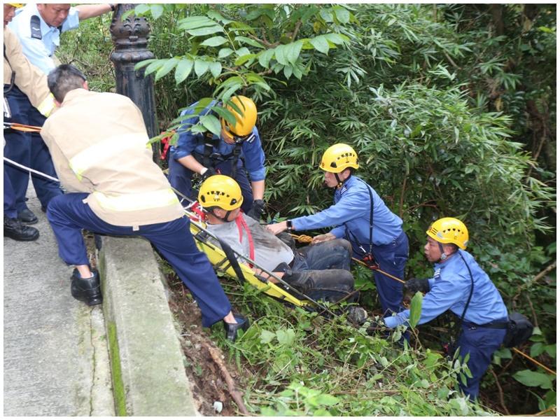 消防游绳救起事主。