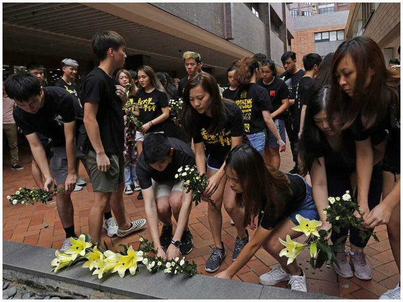 为六四死难者献花。AP