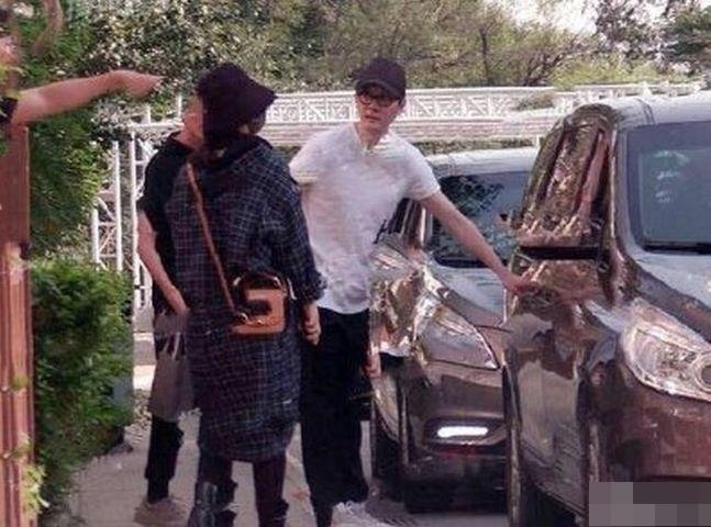 馮紹峰貼心為老婆開車門。網圖