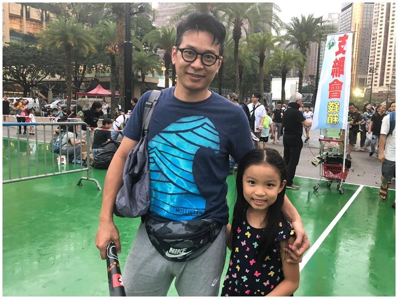 林先生帶同9歲女兒到場。