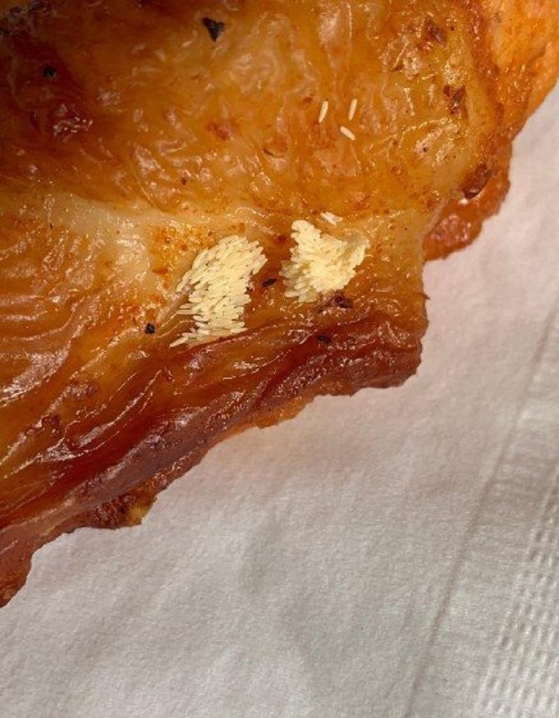 網民投訴江蘇肯德基外賣烤雞疑現蟲卵。網上圖片