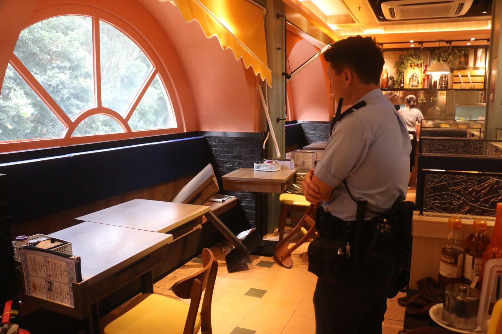 茶餐廳內有枱櫈被推倒。歐陽偉光攝