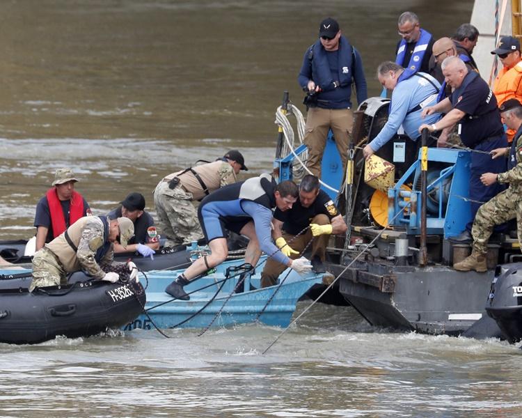 连日来有关人员继续搜救行动。