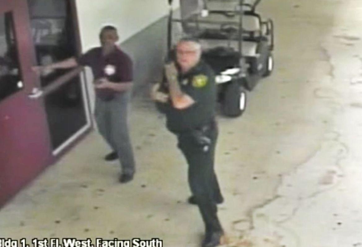 现场拍摄到的片段显示他没有进入传出枪声大楼内。网图