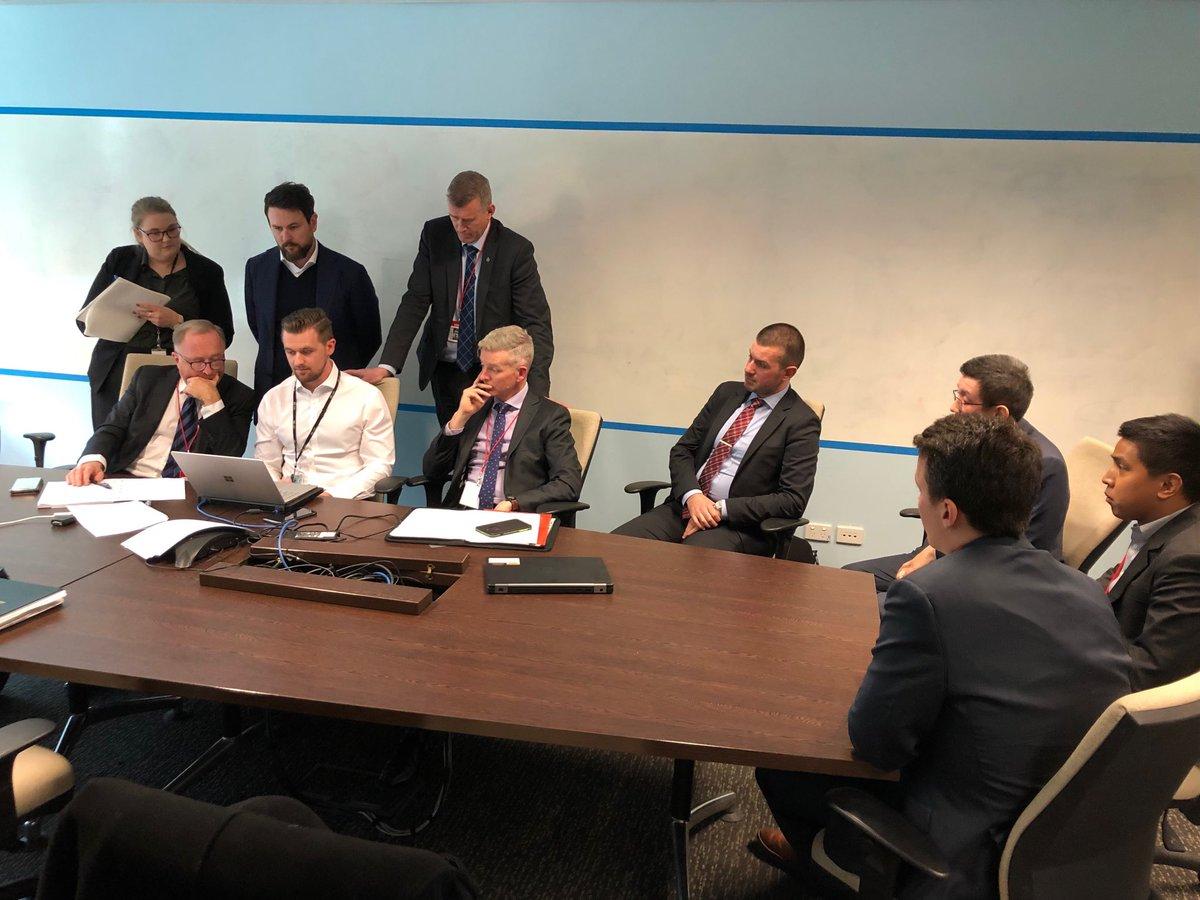 ABC律师团与警方在会议室进行商谈。网图