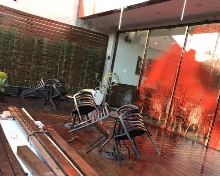 咖啡店的落地玻璃門被淋紅油。