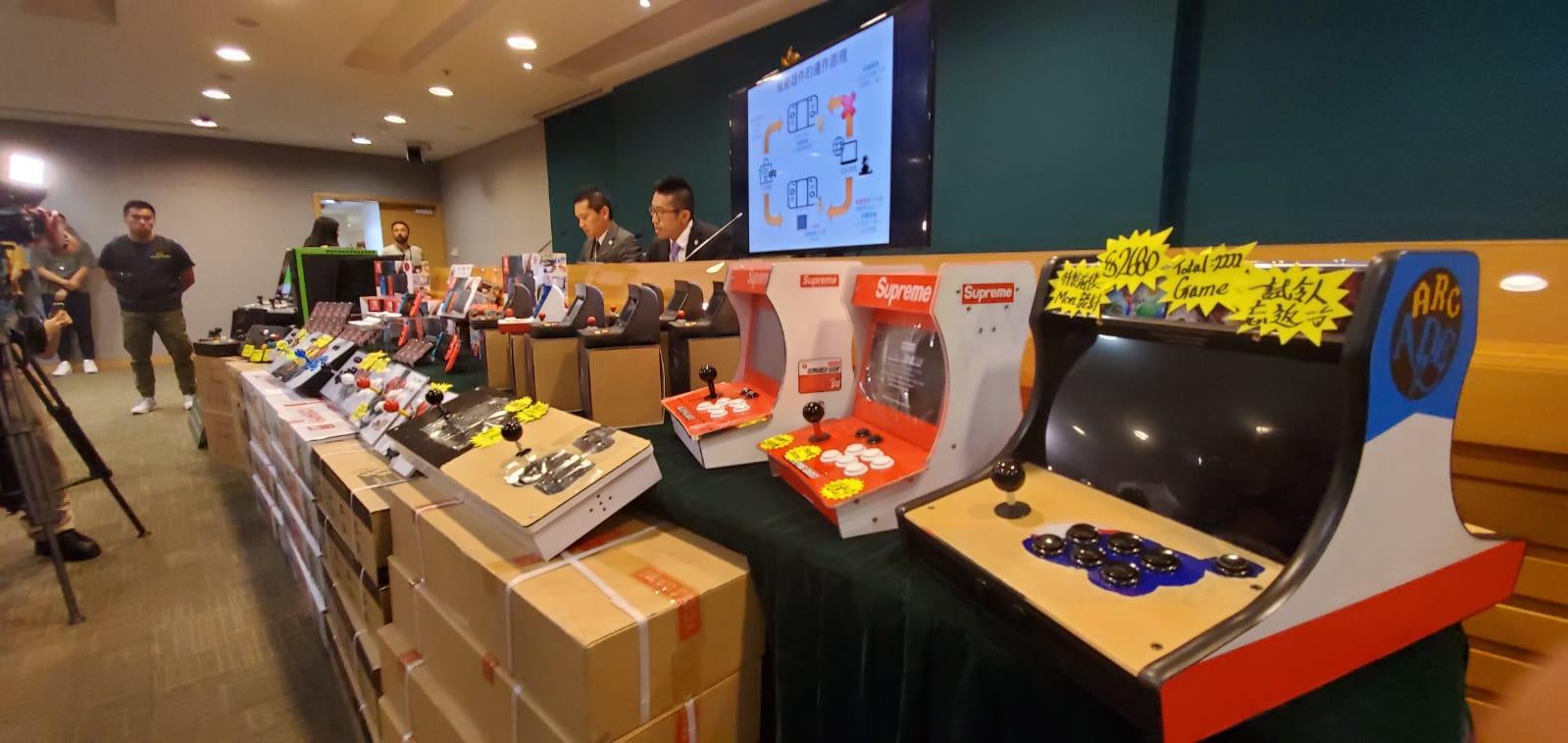 海关昨日採取特别行动,打击售卖游戏机规避器件和盗版游戏。杨伟亨摄