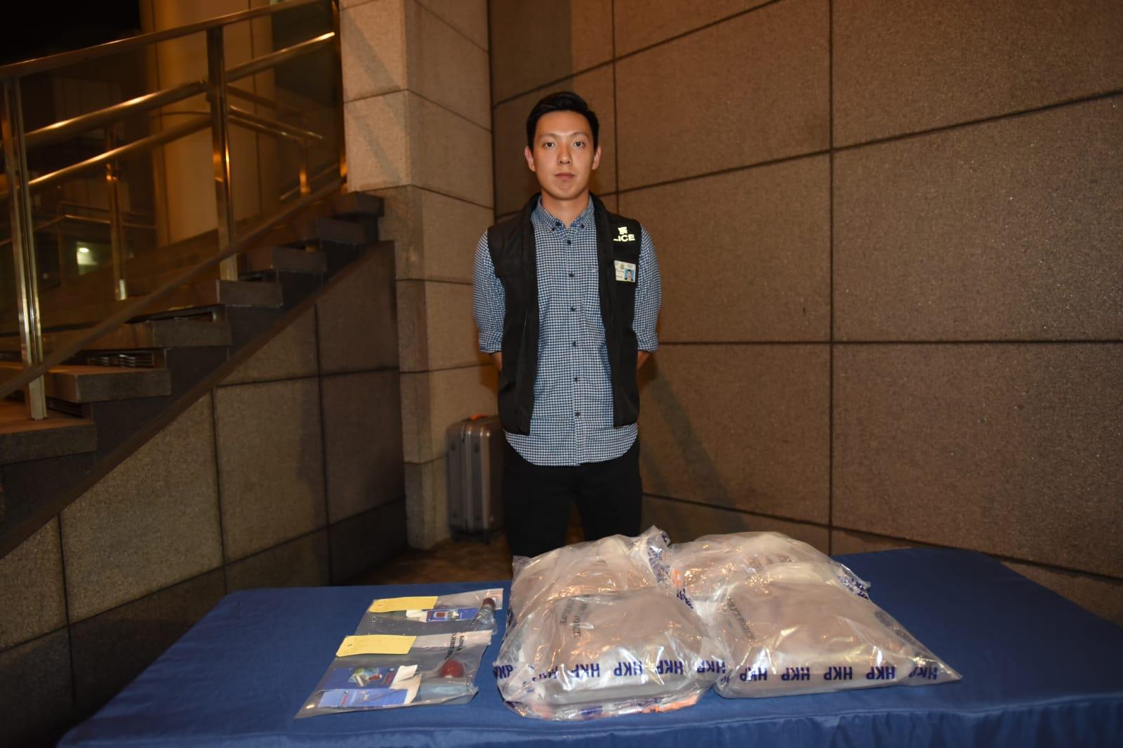 毒品調查科高級督察張俊朗展示檢獲的證物。