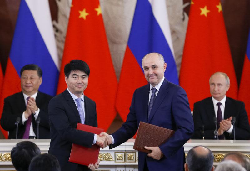 華為輪值董事長郭平與MTS總裁在國家主席習近平和俄羅斯總統普京進行會談後,簽署協議發展5G技術。AP
