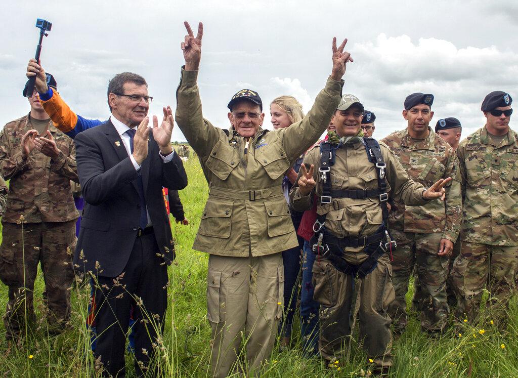 97歲美國老兵賴斯,聯同另外大約200人集體跳傘,降落法國諾曼第。AP圖片