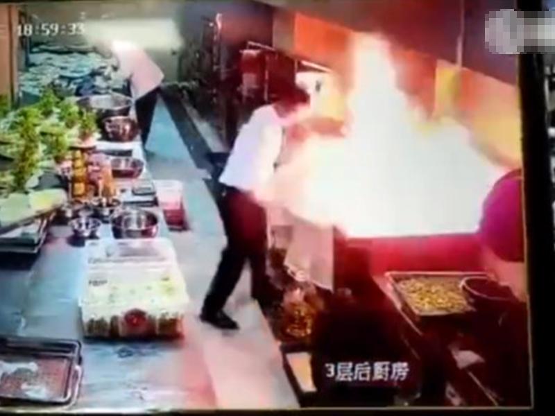 浙江一名廚師竟然用水和布試圖撲滅火勢,導致火勢一發不可收拾。 影片截圖