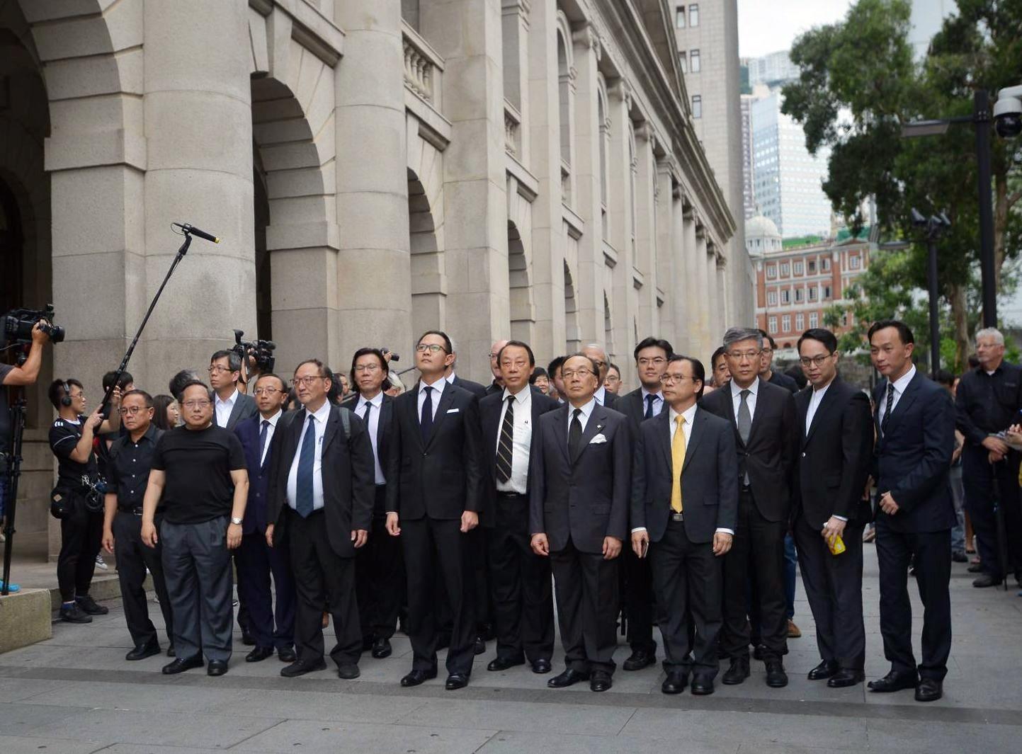 郭榮鏗及30名法律界選委發起黑衣遊行。