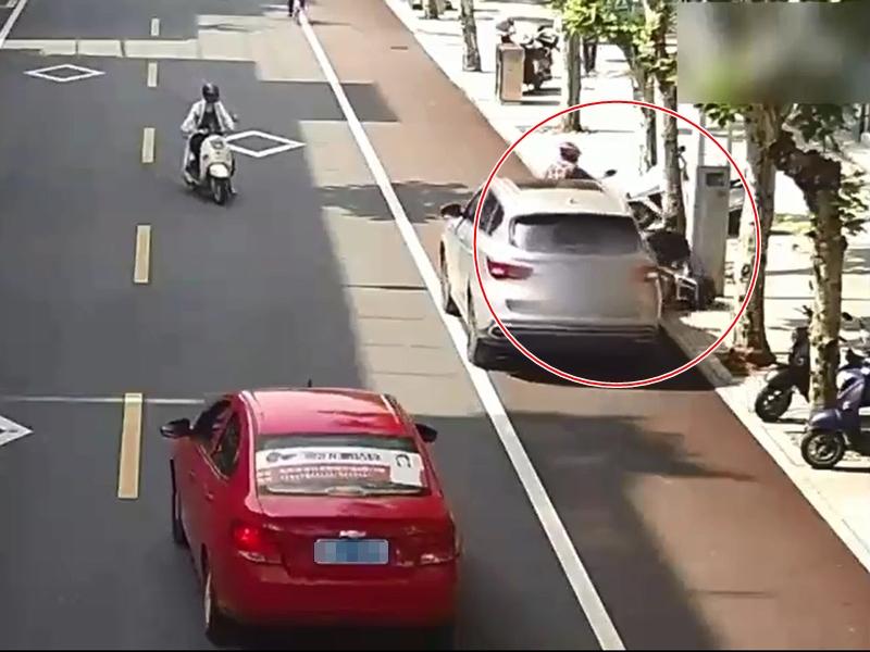 浙江一名私家車司機下車後沒有拉手制,結果讓車子溜行了80米,撞倒兩名市民。影片截圖