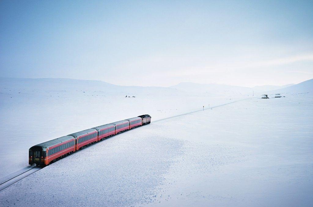 第一列接载游客穿过俄罗斯北极圈区域的观光列车正式开通。 网上图片