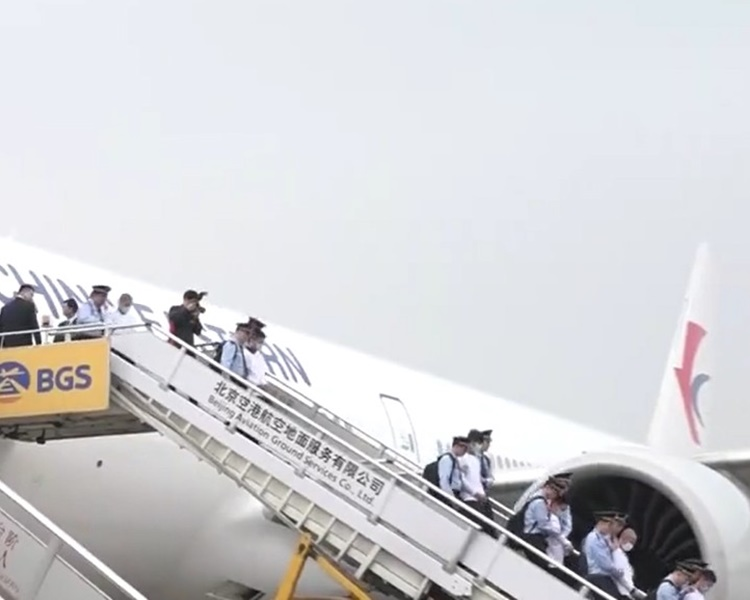 航班今早抵達北京機場94名疑犯移交予中國。網圖