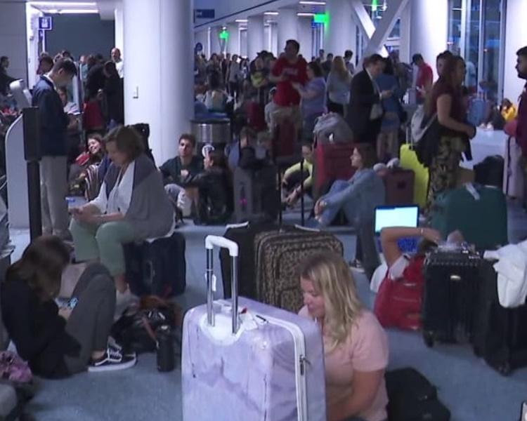 许多航班延误或取消大批旅客在机场等候。网图