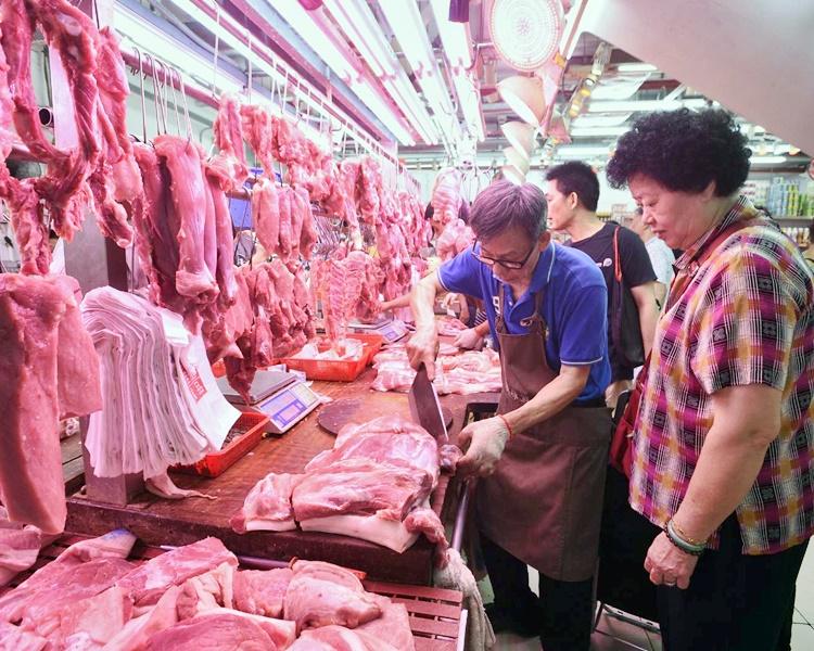 不少市民早上到街市買鮮豬肉煲湯做節。