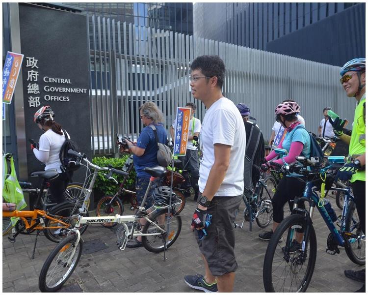 單車遊行至政府總部。