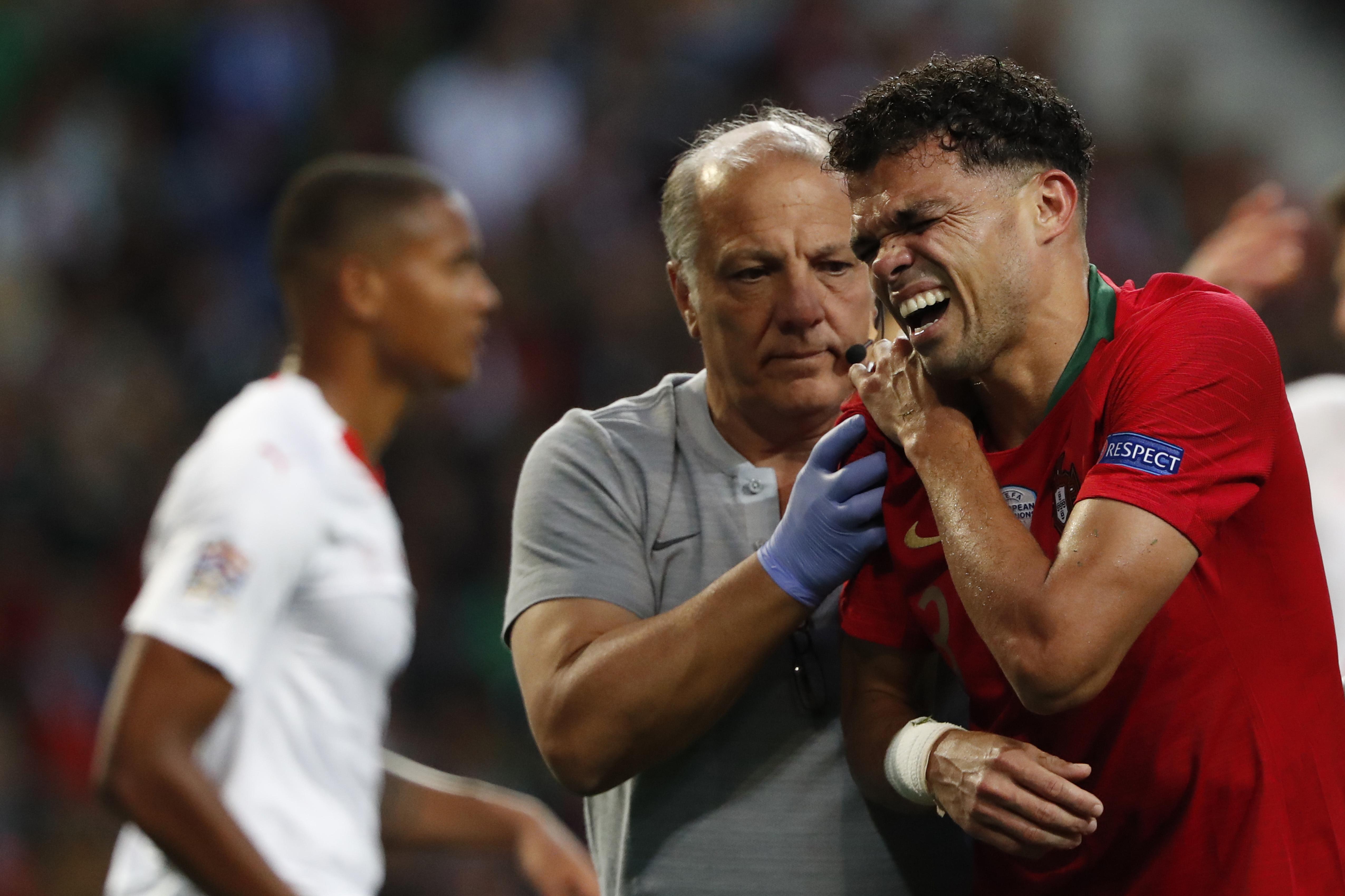 比比(右)因傷錯過歐國聯決賽。AP