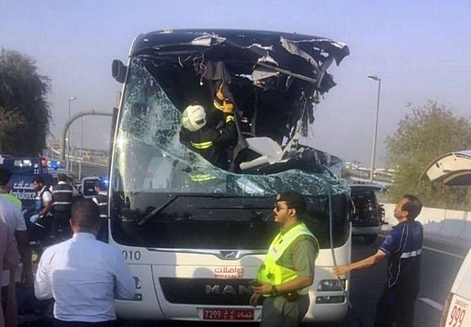 巴士左侧车顶被栏杆削走。网图