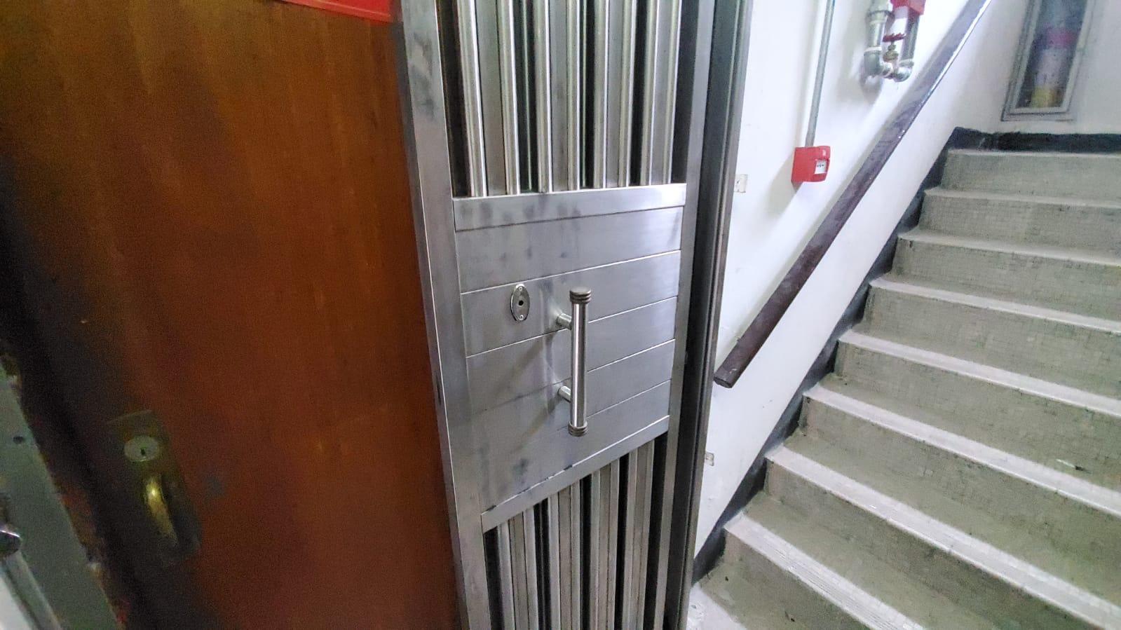 疑犯在大厦逃亡期间,曾拍门进入其中一个单位躲避。