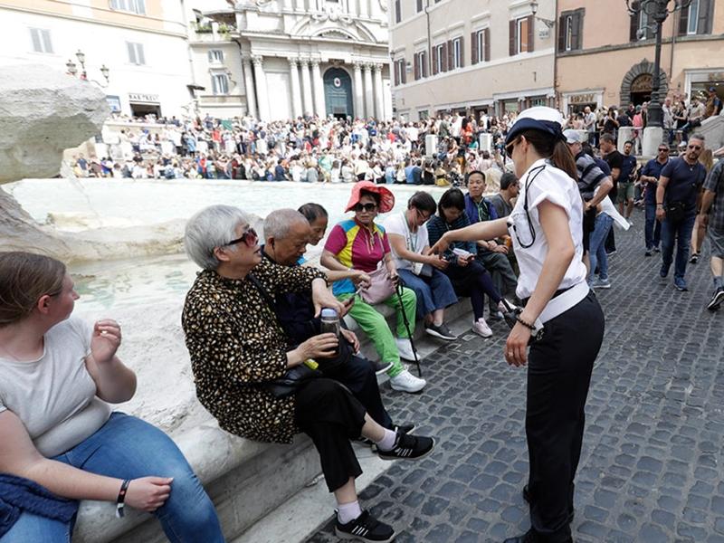 羅馬擬法規管遊客在公眾場所的行為。  AP圖片