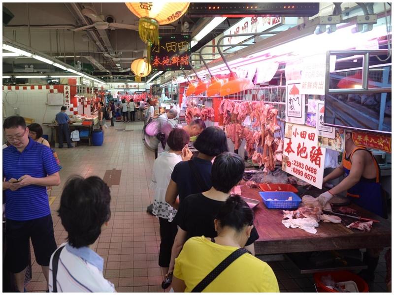 今日豬肉每斤售價或破百,仍有不少市民排隊購買。
