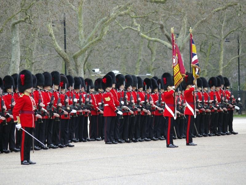 英国御林军近日在一次典礼彩排上,有两名士兵在气温仅25度的情况下昏倒。 网上图片