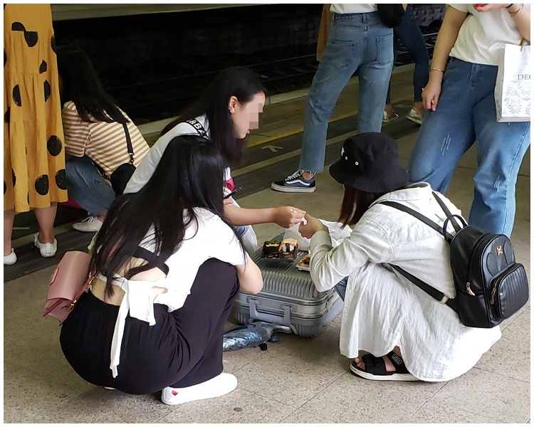 少女行李箱當飯桌。facebook群組「Tai Po大埔」Kat Kitty Fung