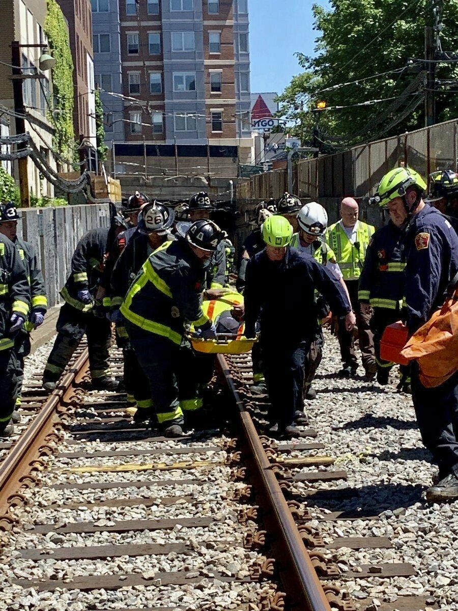 消防员到场将伤者出送院。