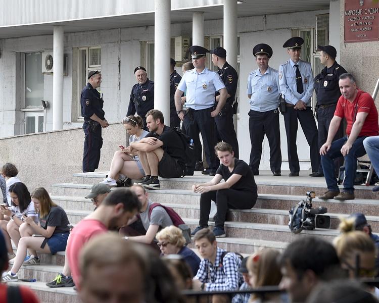 數百人聚集在法院大樓外聲援。AP