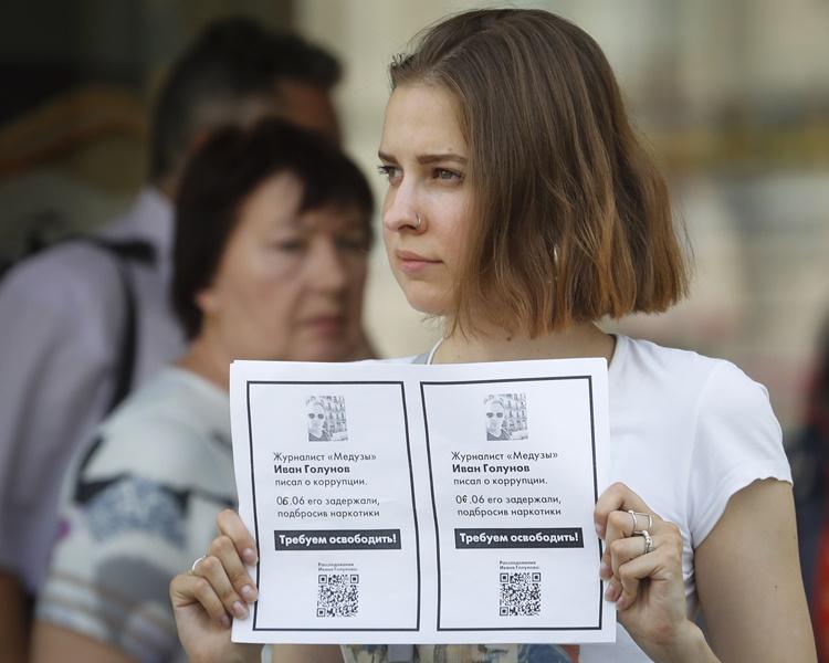支持者要求釋放戈盧諾夫。AP