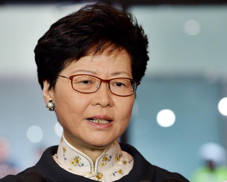 林郑月娥接信后离去,未有回应记者提问。资料图片